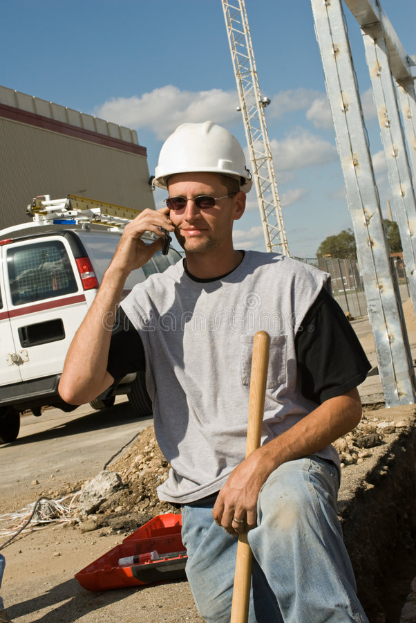 Arbeider op Telefoon stock foto's