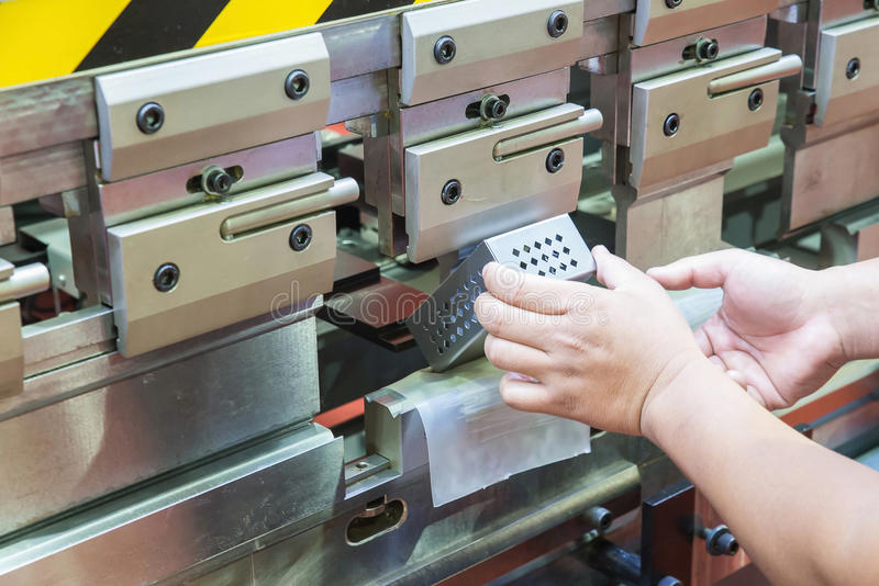 Arbeider op vervaardigingsworkshop die cidan vouwende machine in werking stellen royalty-vrije stock afbeelding
