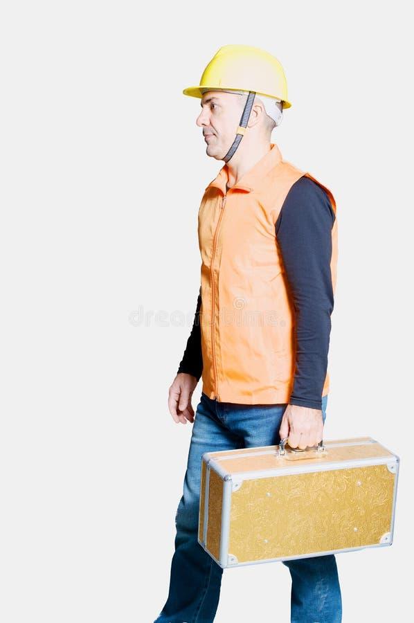 Arbeider in overall en een helm met toolbox stock foto