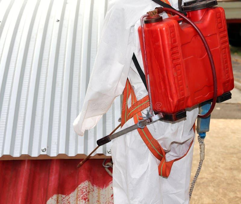 Arbeider tijdens de sanering van asbest van het dak royalty-vrije stock foto's