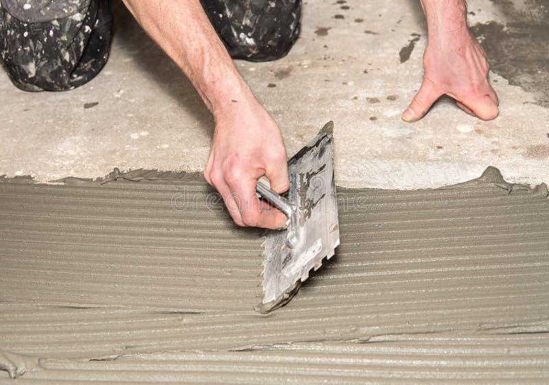 Arbeider toegepaste kleefstof voor keramische tegels royalty-vrije stock foto's