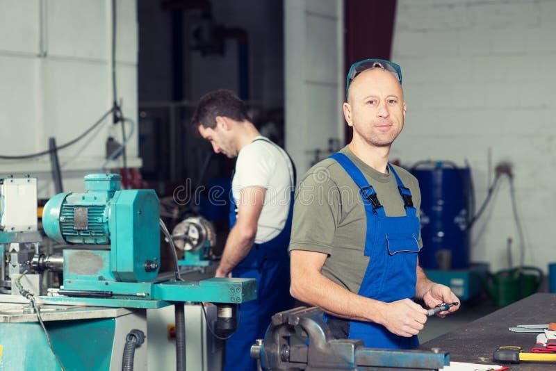 Arbeider twee in fabriek stock afbeelding