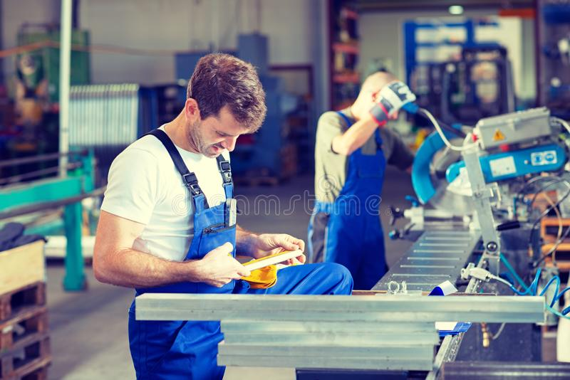 Arbeider twee in fabriek stock fotografie