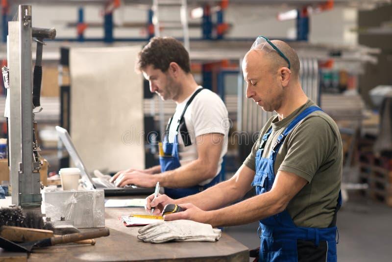 Arbeider twee in fabriek stock foto's
