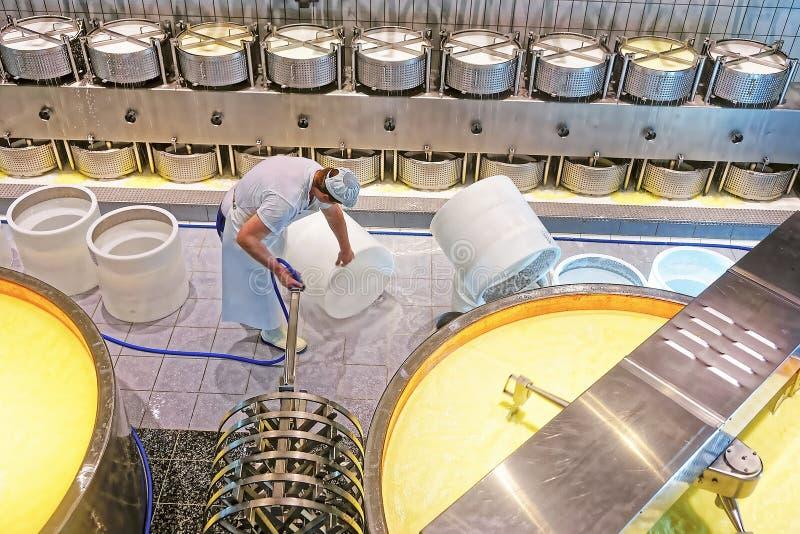 Arbeider van de kaasmakerijfabriek die benodigde apparatuur voorbereiden stock fotografie