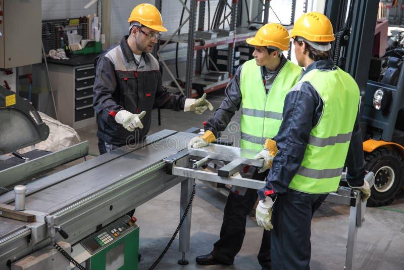 Arbeiders bij CNC machinewerkplaats royalty-vrije stock foto's