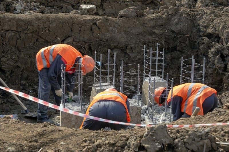 Arbeiders bij de bouwwerf royalty-vrije stock afbeelding