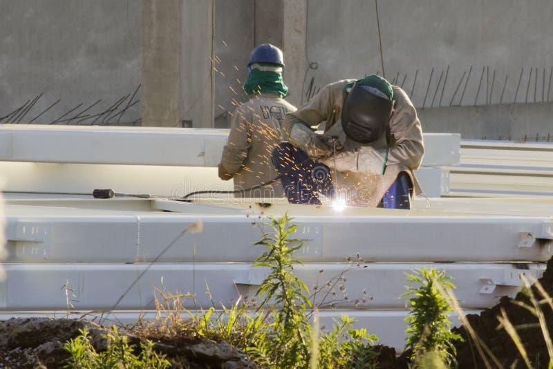 Arbeiders bij een bouwwerf stock afbeeldingen