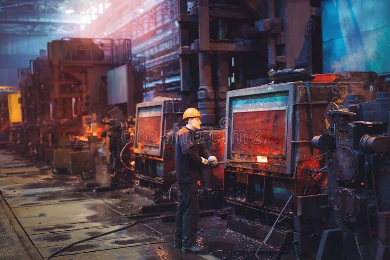 Arbeiders in de staalfabriek De fabrieksarbeider neemt een steekproef voor metaal stock foto's