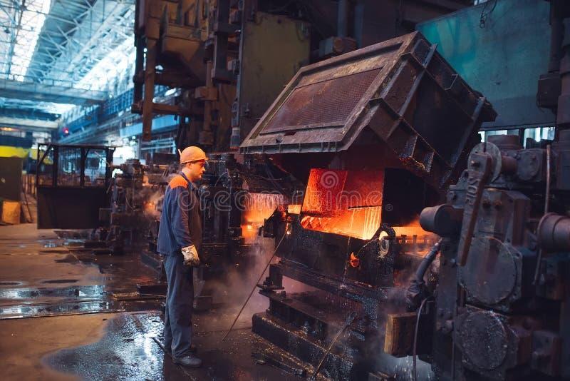 Arbeiders in de staalfabriek op de metallurgische installatie stock fotografie