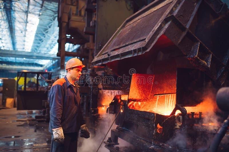 Arbeiders in de staalfabriek op de metallurgische installatie stock afbeeldingen
