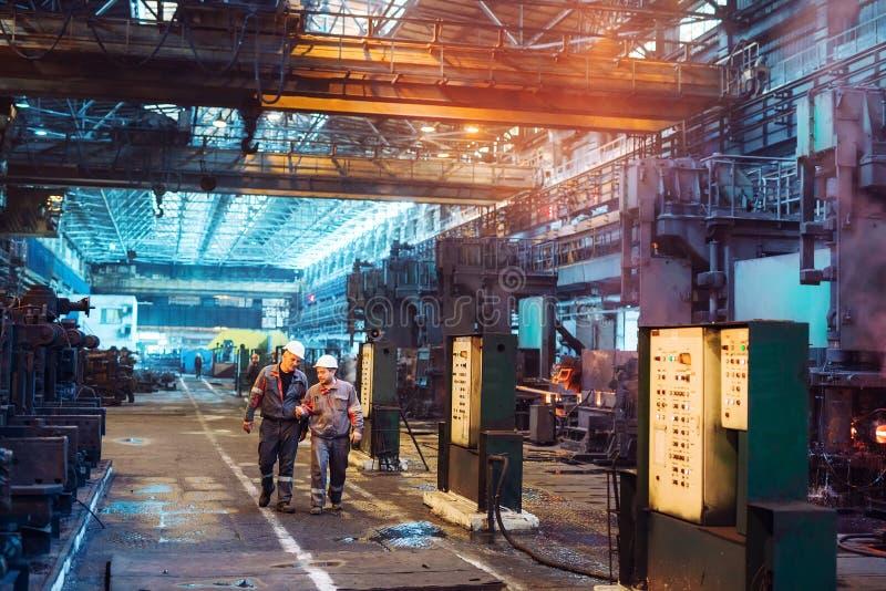 Arbeiders in de staalfabriek op de metallurgische installatie royalty-vrije stock afbeelding