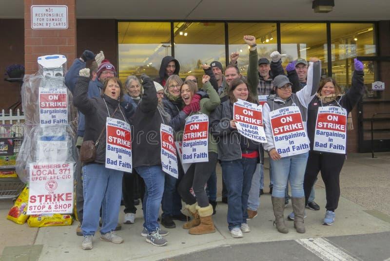 Arbeiders die buiten Einde & Winkel in Middletown, Connecticut slaan stock afbeelding