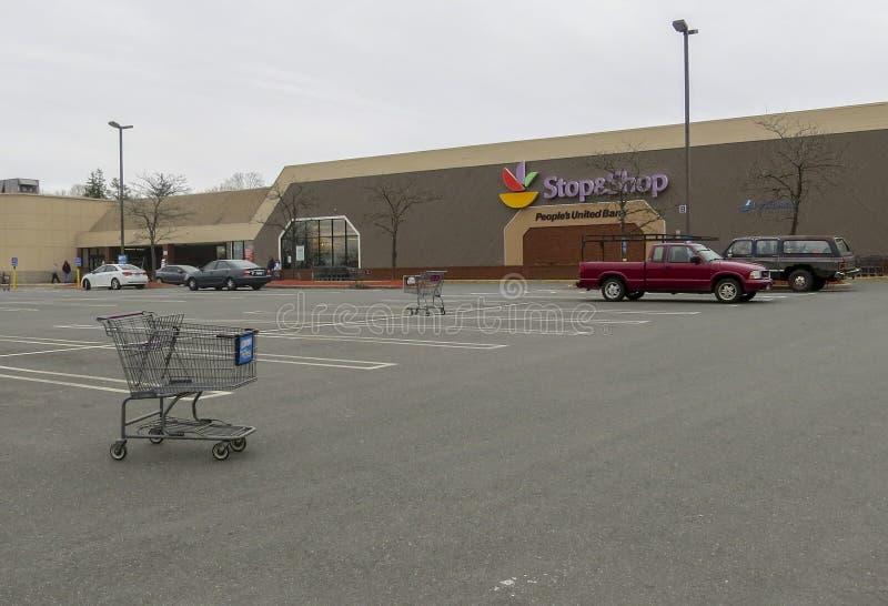Arbeiders die buiten Einde & Winkel in Middletown, Connecticut slaan stock fotografie