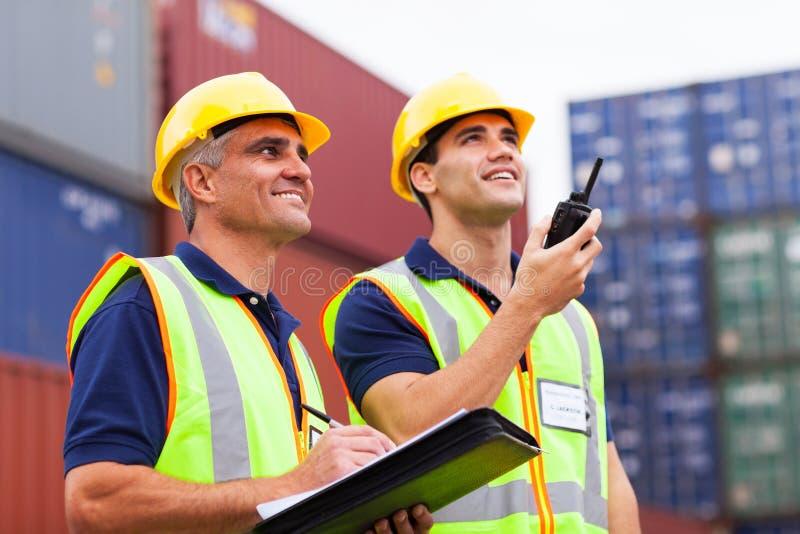 Arbeiders die containers controleren royalty-vrije stock afbeelding