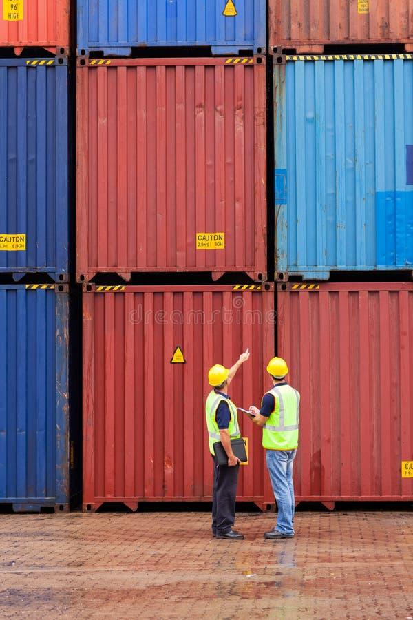 Arbeiders die containers tellen stock fotografie