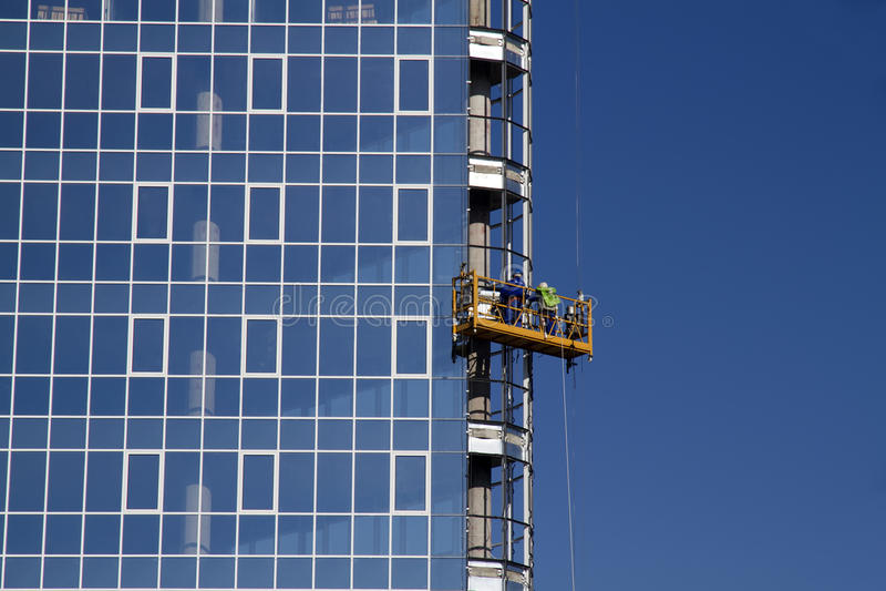 Arbeiders die glasvenster installeren stock foto