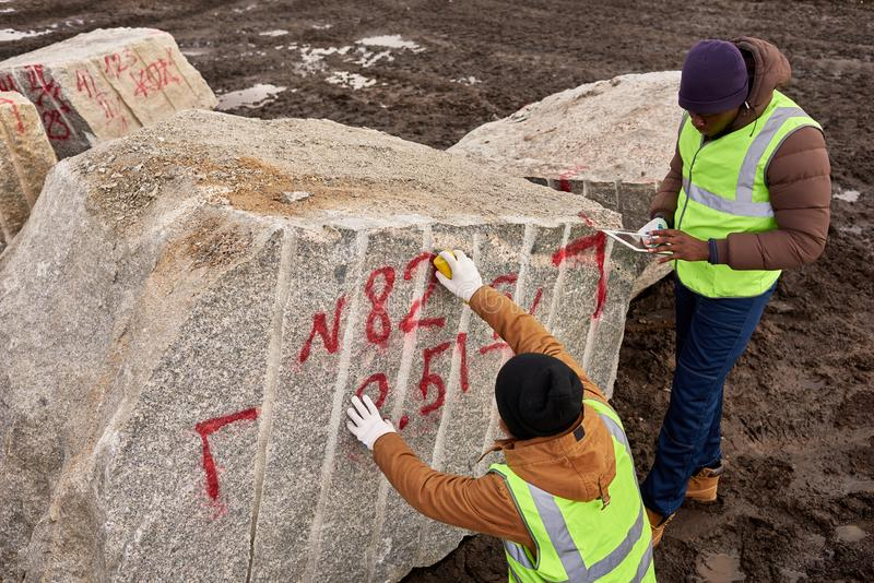 Arbeiders die Granit merken stock afbeelding