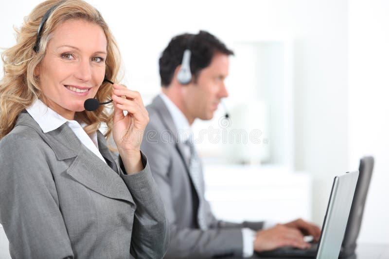Arbeiders die hoofdtelefoons dragen royalty-vrije stock foto