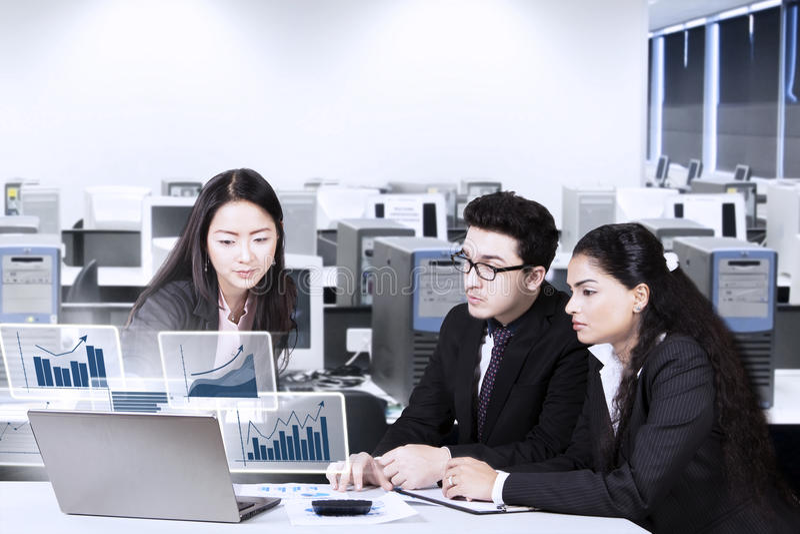Arbeiders die op financiële grafiek letten royalty-vrije stock foto