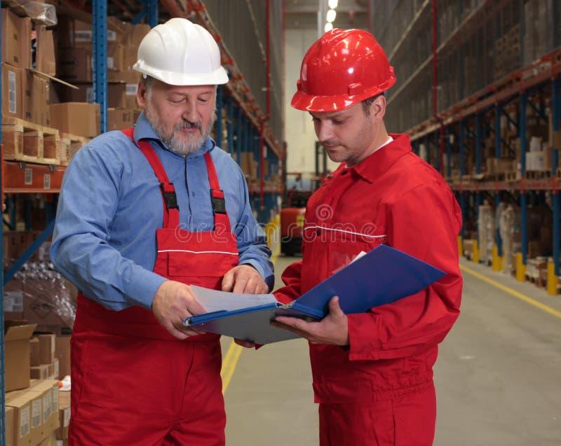 Arbeiders die rekening controleren stock afbeeldingen