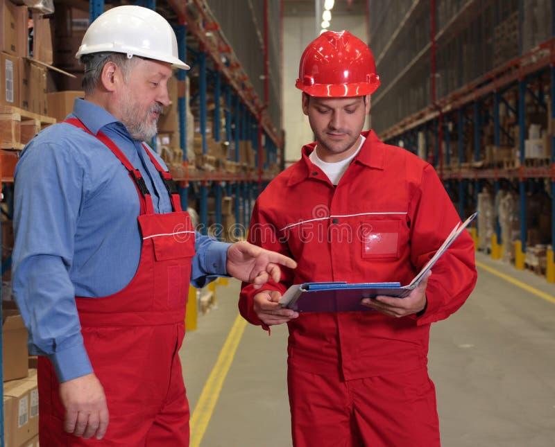 Arbeiders die rekening controleren stock foto