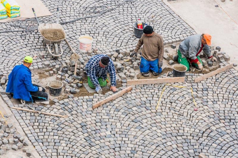 Download Arbeiders Die Weg Het Bedekken In Buda Castle Bouwen. Redactionele Fotografie - Afbeelding bestaande uit bakstenen, laying: 39111477