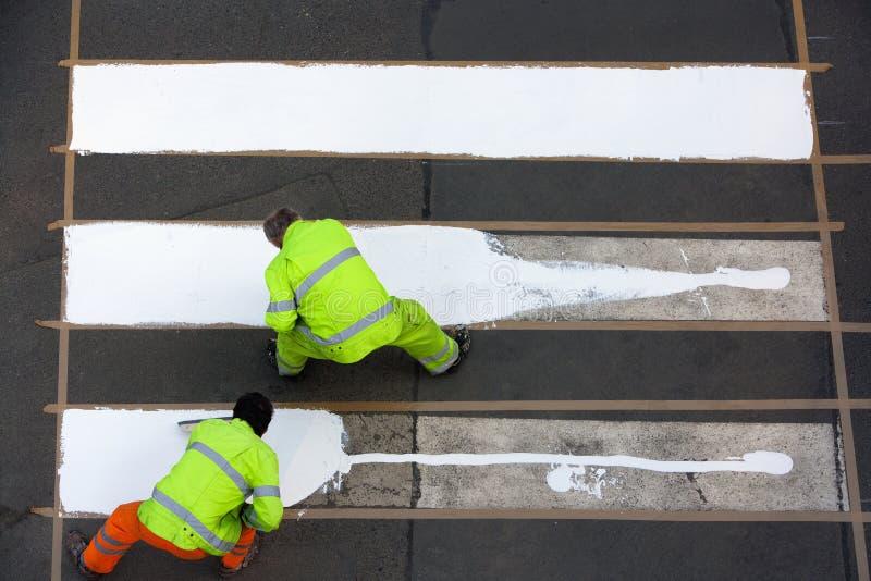 Arbeiders die zebrapad schilderen royalty-vrije stock afbeelding