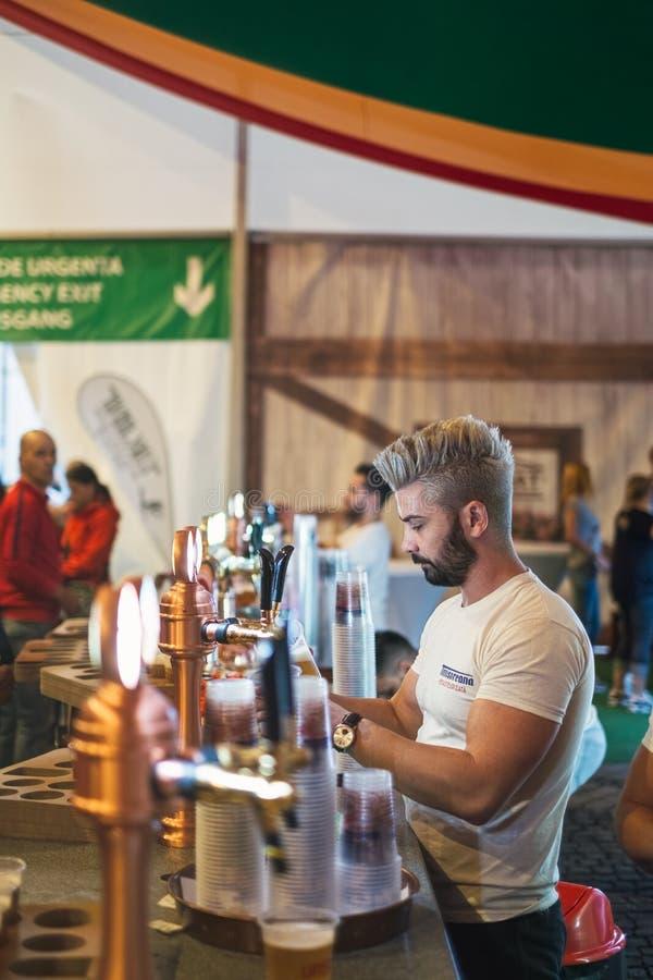 Arbeiders dienend bier bij ontwerp stock foto's