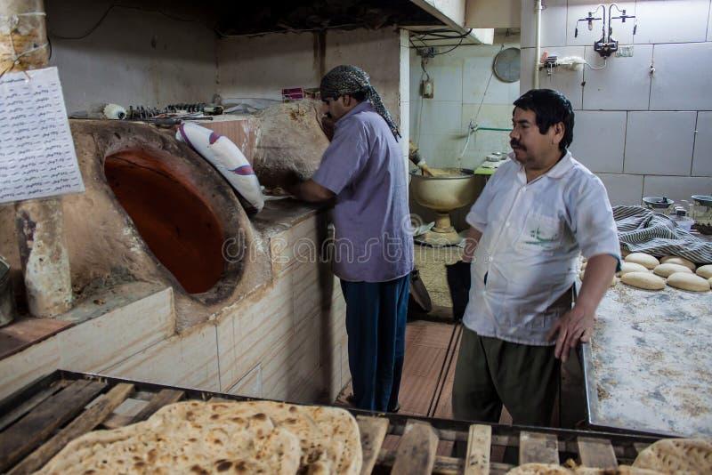 Arbeiders in een bakkerij stock foto's