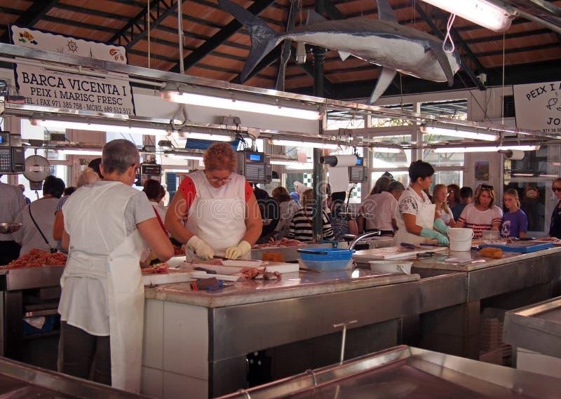 Arbeiders en klanten bij de vissenmarkt in Ciutadella Menorca royalty-vrije stock foto's