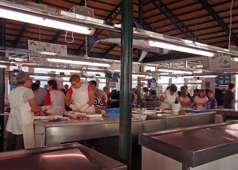 Arbeiders en klanten bij de vissenmarkt in Ciutadella Menorca stock afbeeldingen