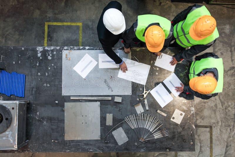 Arbeiders en manager die met documenten werken stock afbeelding