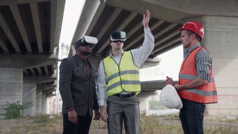 Arbeiders en voormanglazen van de gebruiks de virtuele werkelijkheid royalty-vrije stock afbeeldingen