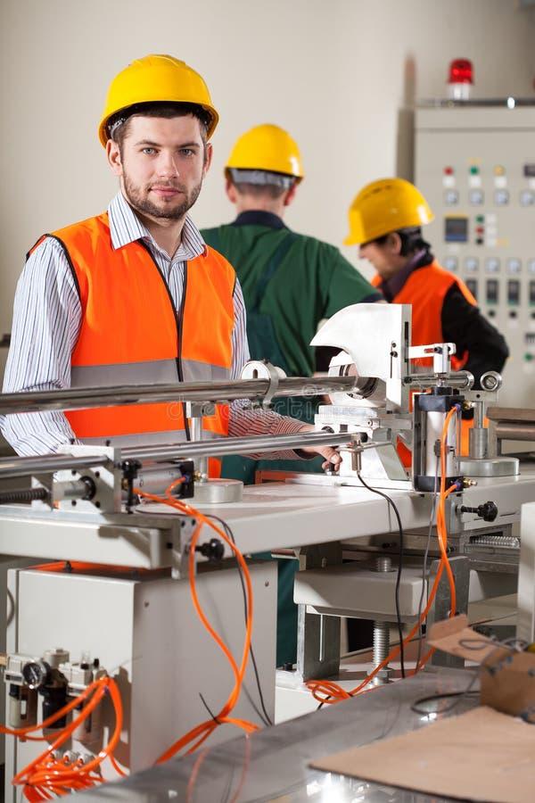 Download Arbeiders in fabriek stock foto. Afbeelding bestaande uit apparatuur - 39101858