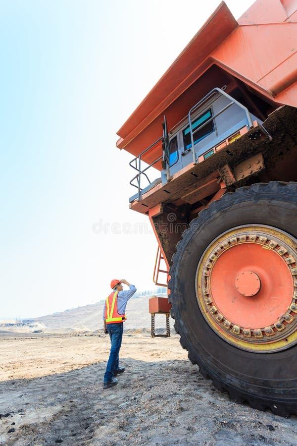 Arbeiders Grote Vrachtwagen in Kuil royalty-vrije stock foto's