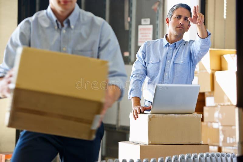 Arbeiders in het Pakhuis van de Distributie stock foto's
