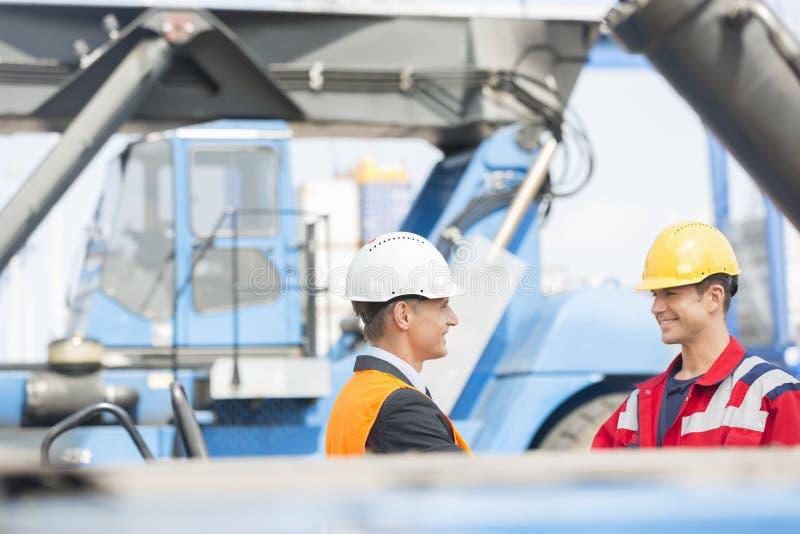 Arbeiders het schudden dient verschepende werf in royalty-vrije stock afbeelding