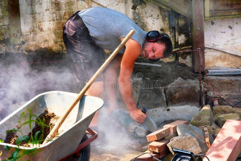 Arbeiders met afgesneden molen in gebruik stock foto's