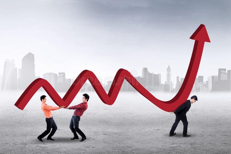 Arbeiders met financiële grafiek in openlucht royalty-vrije stock foto's