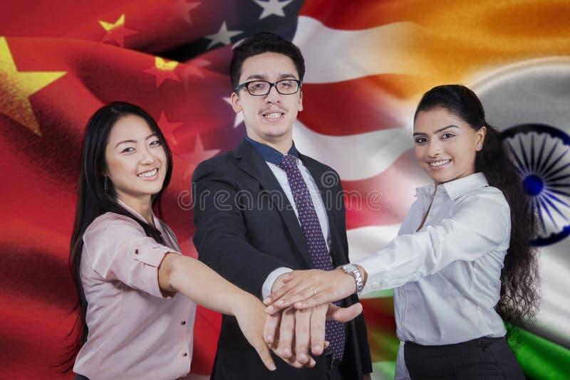 Arbeiders met vlag van Chinees, Amerikaan, en Indiër stock foto's