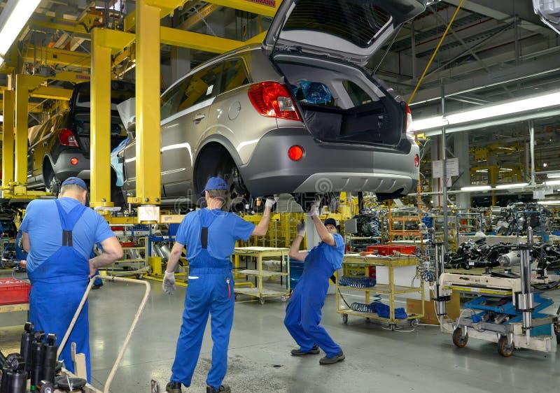 Arbeiders op de lopende band van automobiele installatie royalty-vrije stock foto's