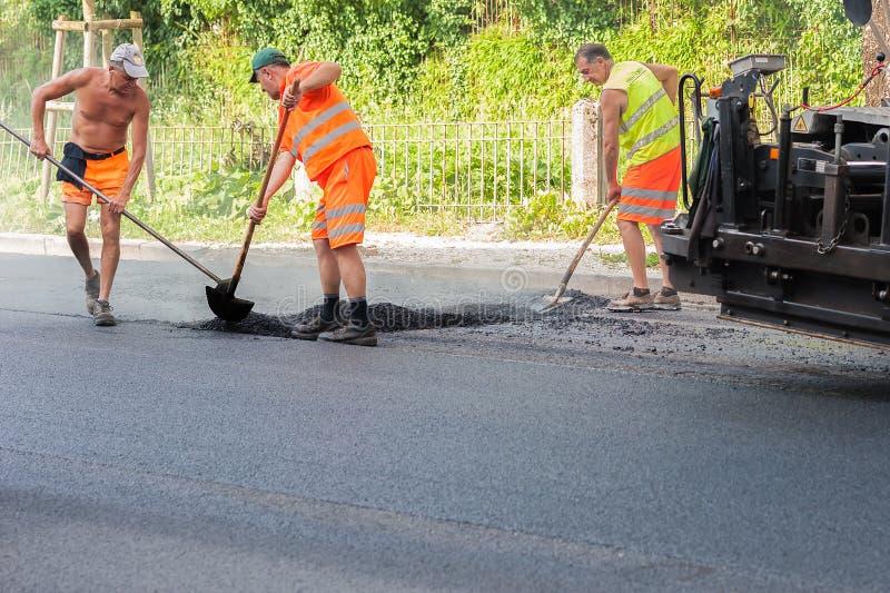 Arbeiders op een wegenbouw, de industrie en groepswerk royalty-vrije stock foto