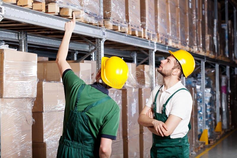 Download Arbeiders in pakhuis stock afbeelding. Afbeelding bestaande uit techniek - 39102953