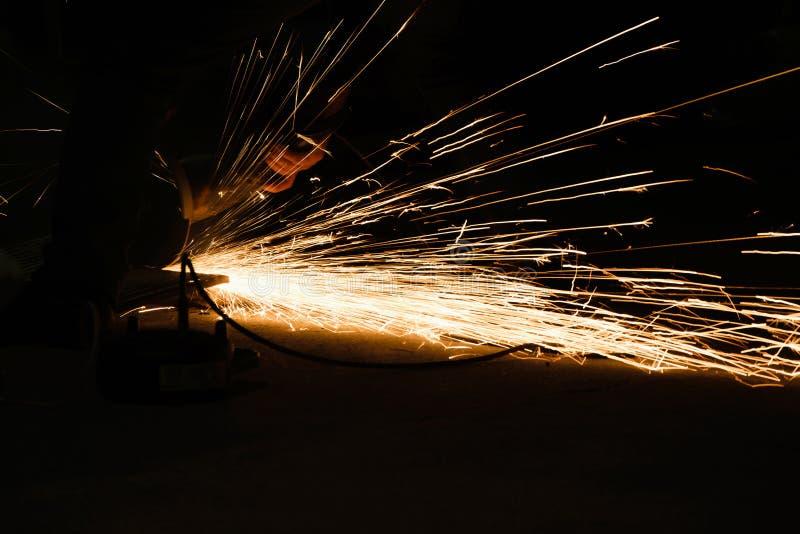 Arbeiders scherp metaal met molen, vonken terwijl het malen van ijzer Rustige Fotografie royalty-vrije stock foto