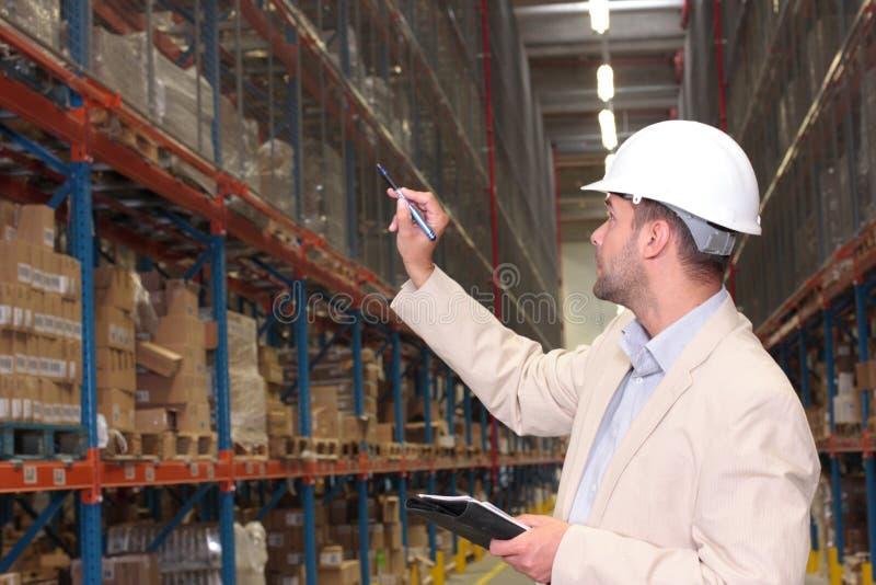 arbeiders tellende voorraden royalty-vrije stock afbeeldingen
