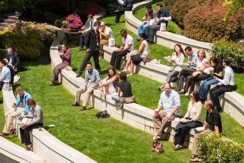 Arbeiders tijdens middagpauze, Vancouver de stad in royalty-vrije stock foto's