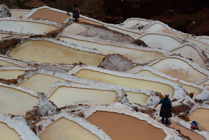 Arbeiders in zoute verdampingsvijvers Maras Heilige Vallei Cuscogebied peru stock foto's