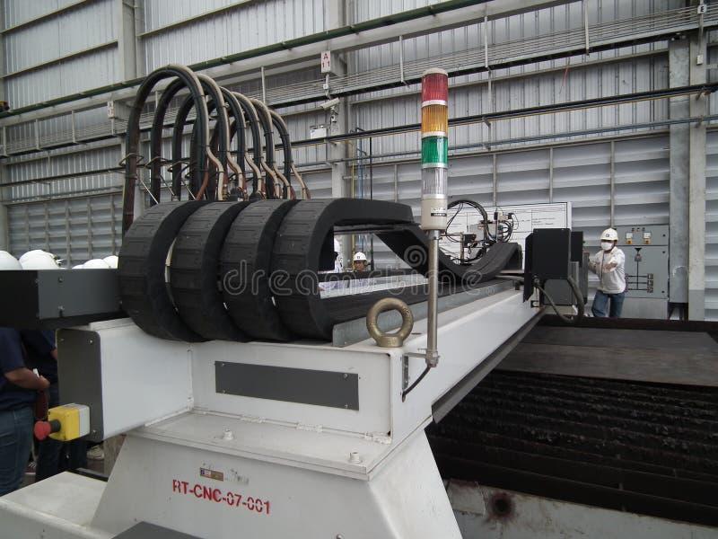 Arbeidersmalen die metaalbewerkende procesprecisie industriële CNC snijden die de molenfabriek machinaal bewerken van het metaald stock afbeeldingen