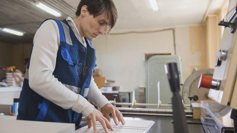 Arbeidersmens bij Polygraphy-de drukindustrie stock afbeeldingen